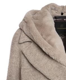 Creenstone mantel met fun fur